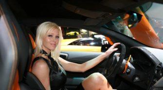 Женщины хорошо водят машину
