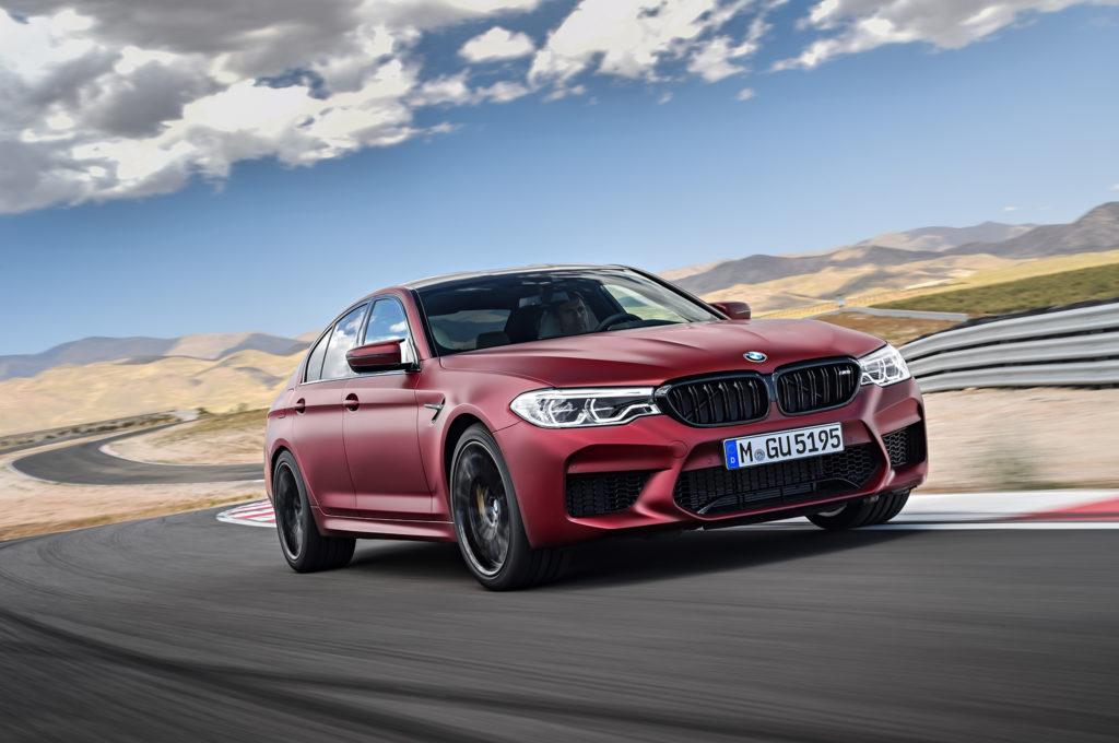 BMW в цвете темно-красного застывшего металла.
