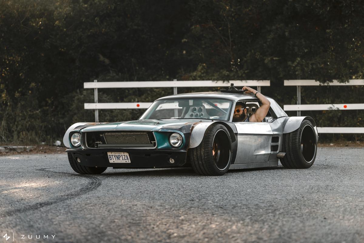 жирный Ford Mustang