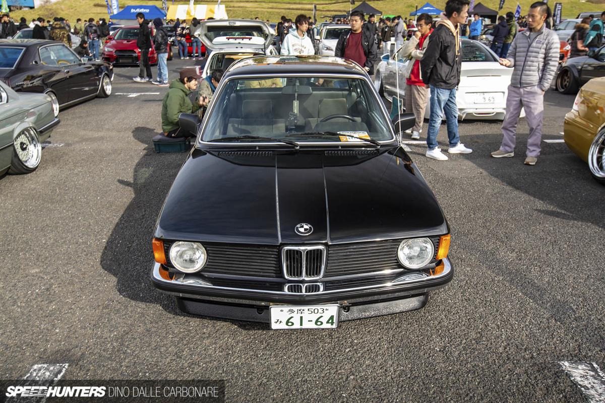 Я не большой любитель ярлыков, но именно в Японии всегда самый широкий спектр подходов к постройке машин. От диких аппаратов, созданных исключительно для привлечения внимания, до более «честных», нацеленных на то, чтобы подчеркнуть красоту линий конкретного кузова.