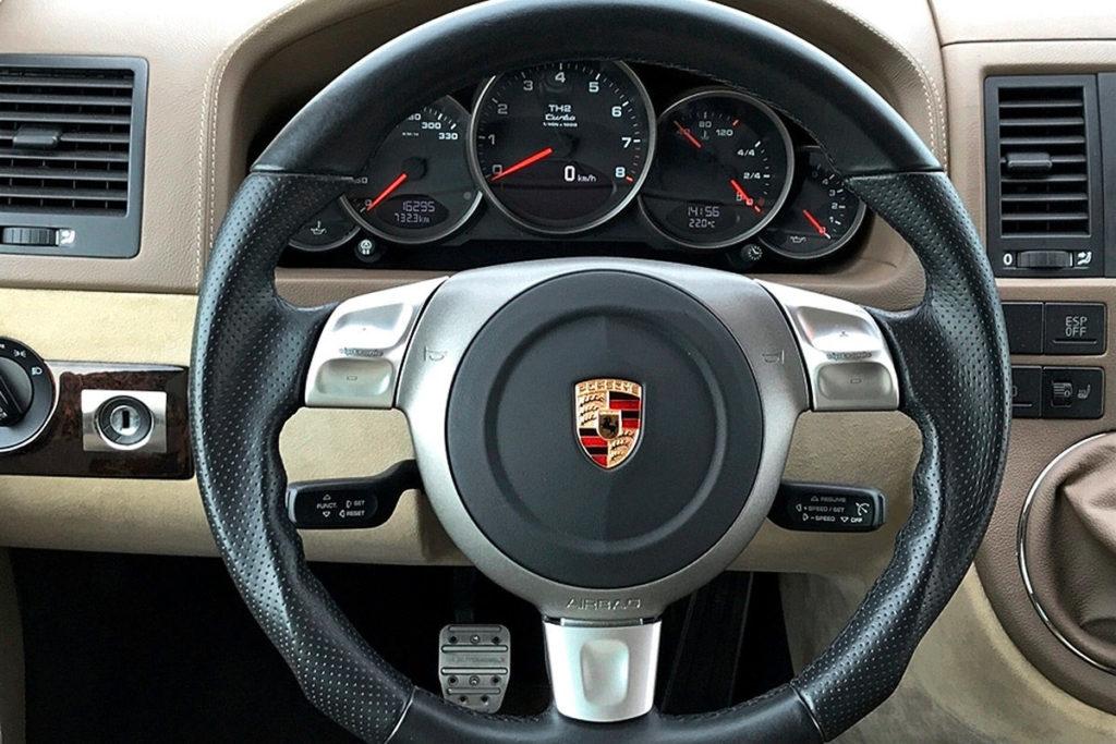 Мультивен Volkswagen получил черный цвет кузова, новые легкосплавные диски и две незаметные выхлопные трубы. Но, несмотря на небольшие внешние изменения, уже при первом же взгляде можно догадаться, что перед вами не обычный микроавтобус, а особенная модель мультивена Т5. Когда же вы, открыв дверь, оказываетесь в салоне, вы сразу же понимаете, что перед вами спортивный микроавтобус. Так, сев в салон, вы увидите руль от Porsche, спортивные педали, турбоспидометр (до 330 км/ч). В водительском кресле вы осознаете, что сели в суперкар. Этот микроавтобус Volkswagen разгоняется 285 км/ч! В остальном интерьер незатейливо благороден: приглушенные цвета определяют всю картину салона, а элементы управления имеют классический функционал. В задней части салона мультивена типичная обстановка автобуса. Здесь есть вращающиеся одноместные сиденья, на которых могут разместиться до 4 пассажиров. Для развлечений в салоне имеется 15,4-дюймовый экран с подключением для DVD или DVB-T. Также есть возможность подключить смартфон по системе Apple CarPlay и Android Auto. Будет ли продаваться турбоавтобус Volkswagen T5? Этот микроавтобус Volkswagen разгоняется 285 км/ч! Нет, это не серийная версия. Перед вами подержанный микроавтобус с пробегом 16 298 км, который в настоящий момент продается в Германии. Эта машина была изготовлена тюнинг-компанией по желанию заказчика. Клиент использовал машину около 6 лет. Но, вероятнее всего, он за рулем Т5 так и не почувствовал себя как в Porsche. В итоге сейчас эта машина выставлена на продажу в «Car Special» за 139 800 евро. Кстати, когда клиент заказывал эту машину, она обошлась ему в 250 000 евро. Так что для любителей сумасшедших тюнингов микроавтобусов есть прекрасная возможность купить 580-сильный мультивен в половину его цены. Какая скорость разгона тюнингового VW Multivan T5? Этот микроавтобус Volkswagen разгоняется 285 км/ч! С 0 д 100 км/час микроавтобус благодаря 3,6-литровому двигателю Porsche разгоняется менее чем за 5 секунд. Максимальная скор