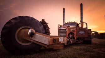 Огромный трехколесный рэт-род с кабиной от старого грузовика