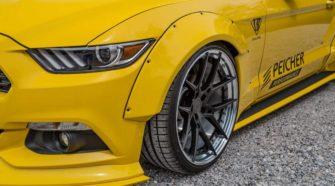 Открытый Ford Mustang примеряет широкофюзеляжный обвес от ателье Liberty Walk
