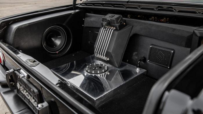 Mercedes w108 с пятилитровым V8 и пневмоподвеской